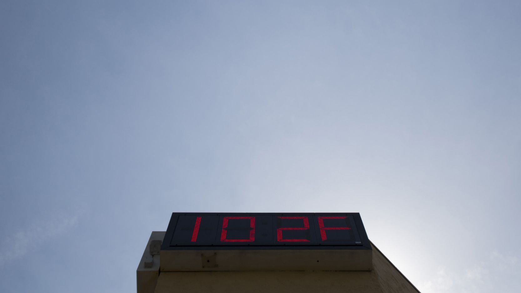 A sign displays the current temperature of 102 degrees Fahrenheit (39 degrees Celsius) in Pasadena, California May 16, 2014. A high pressure system brought record breaking heat to Southern California. REUTERS/Mario Anzuoni