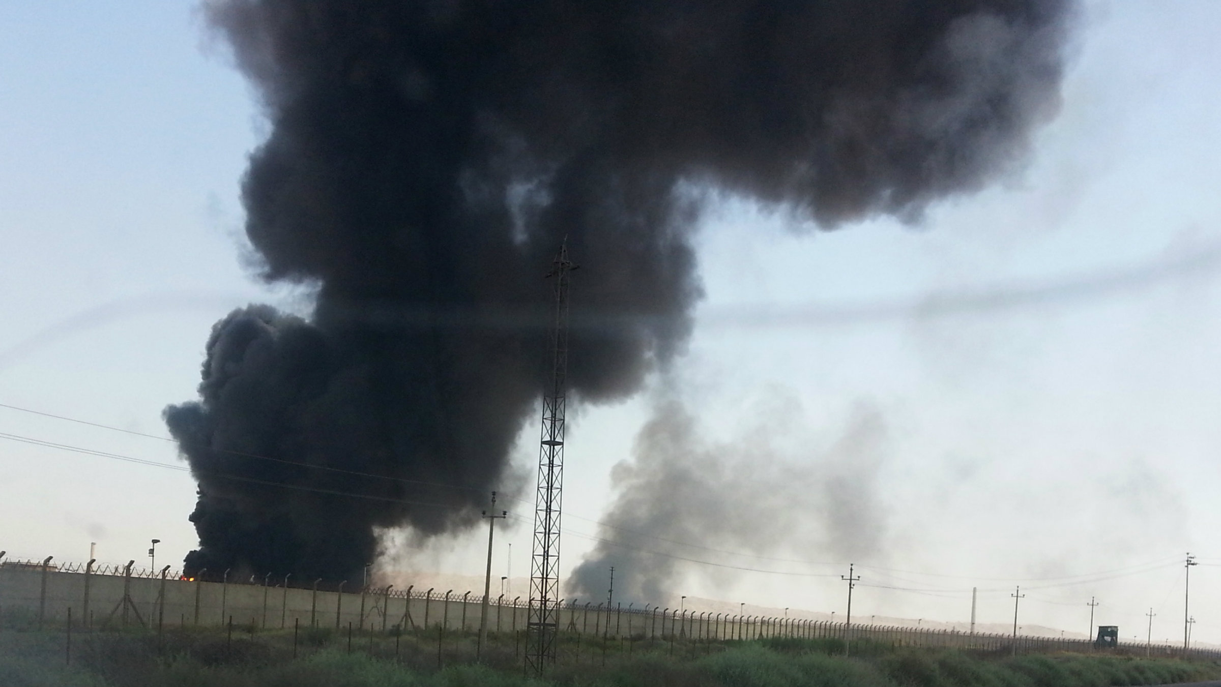 Baiji oil refinery in Iraq was set afire by ISIL fighters.