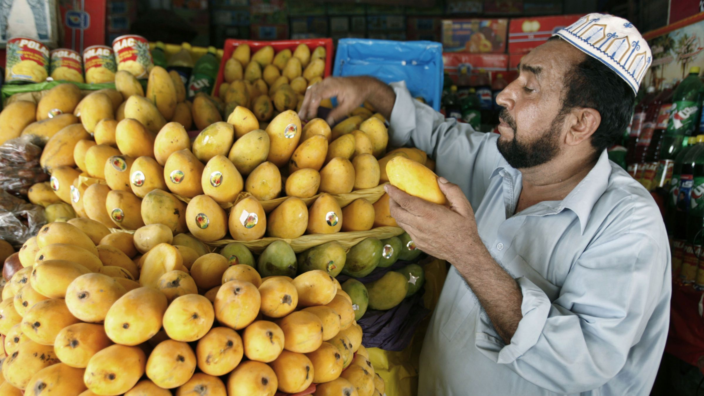 A vendor arranges mangoes for sale at a stall in Multan August 15, 2007. Pakistan exports over 120,000 tons of mangoes every year to the U.S., Europe, Middle-east and Southeast Asia, officials at the Pakistan Export Promotion Bureau said.