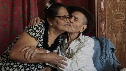 An old couple kisses