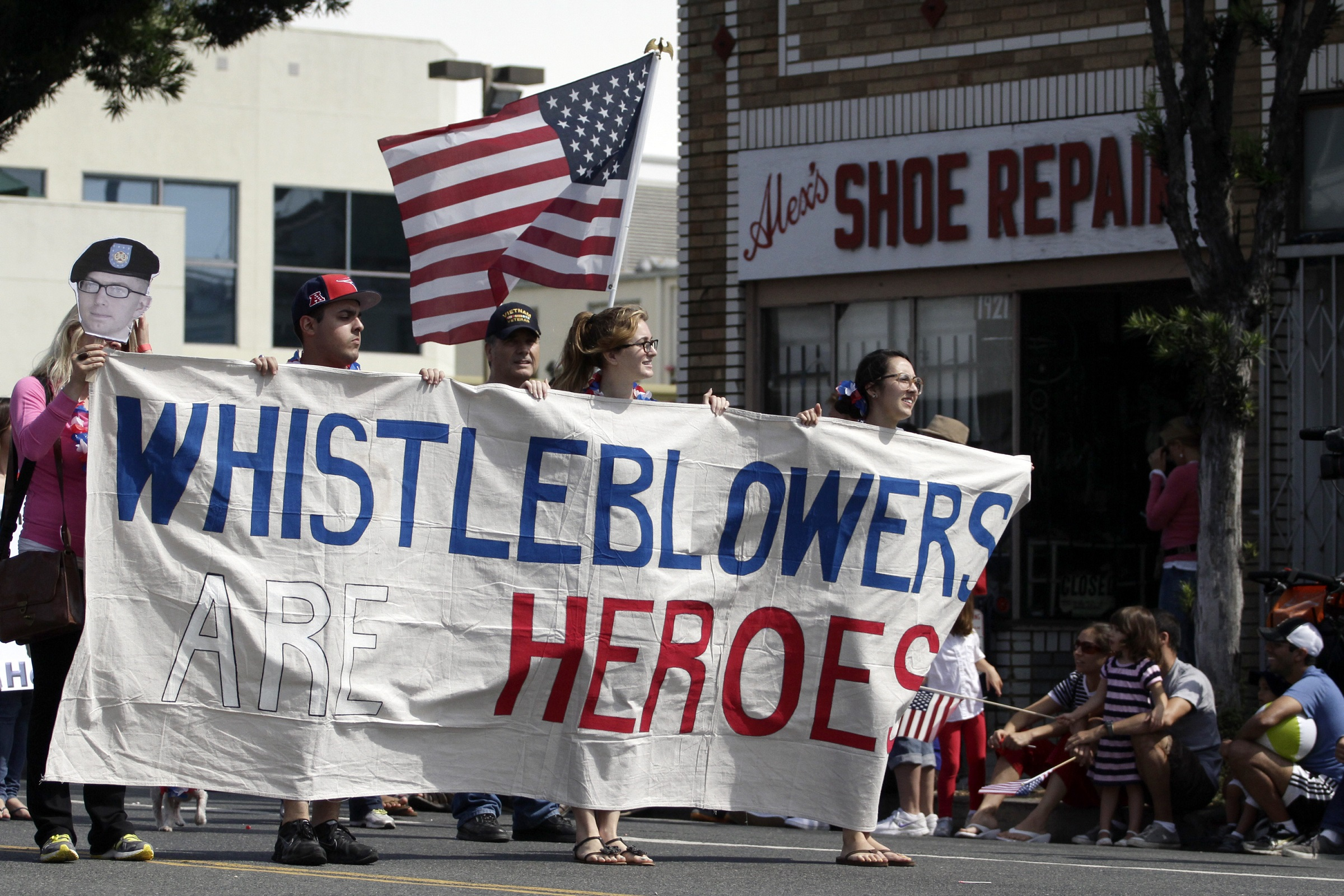 Supporters of whistleblowers march in Santa Monica's seventh annual Fourth of July parade in Santa Monica, California, July 4, 2013.  REUTERS/Jonathan Alcorn (UNITED STATES - Tags: ANNIVERSARY SOCIETY) - RTX11CYK