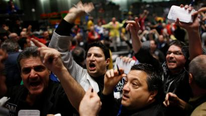 Traders work in the S&P 500 pit at the Chicago Mercantile Exchange's Chicago Board of Trade