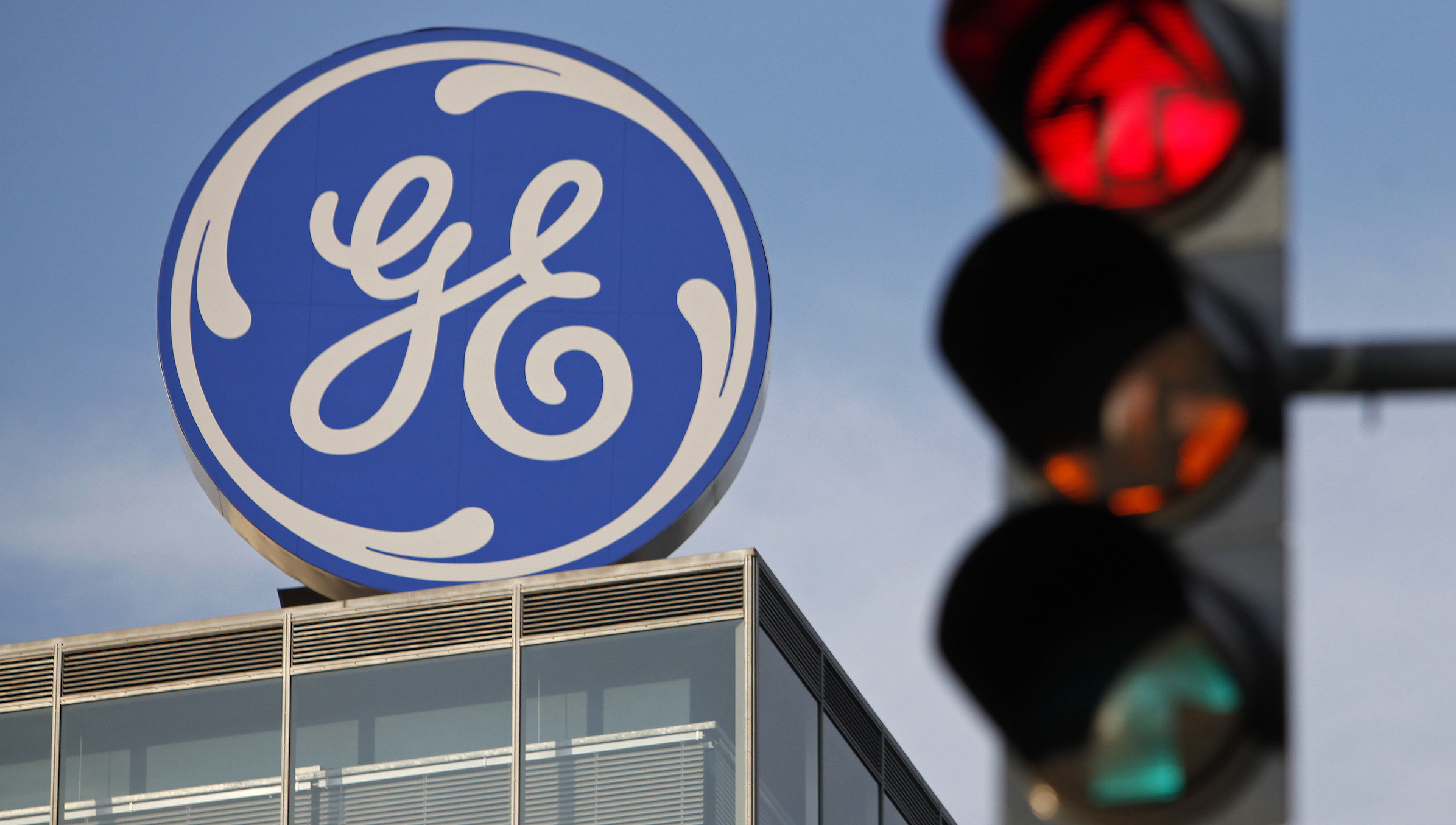 The logo of the GE Money Bank is seen behind a traffic light in Prague May 29, 2012.         REUTERS/David W Cerny (CZECH REPUBLIC  - Tags: BUSINESS LOGO) - RTR32UMC