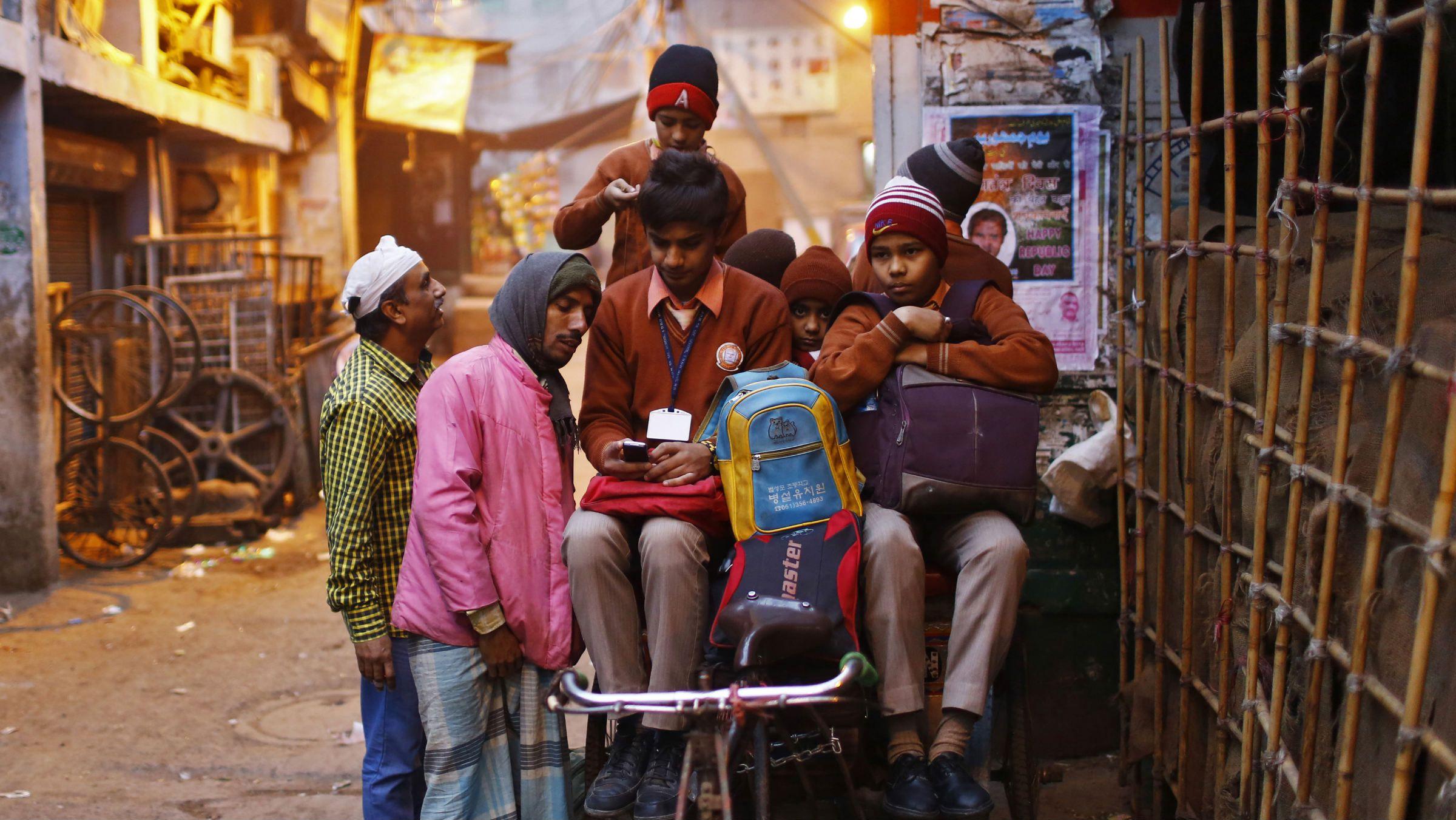 india-school-children-mobile
