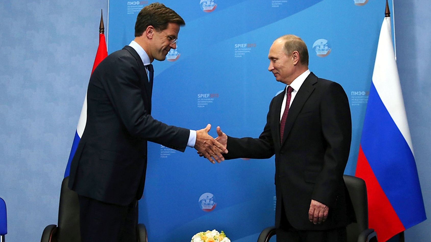 Russia's President Vladimir Putin (R) welcomes the Netherlands' Prime Minister Mark Rutte during their meeting at the International Economic Forum in St. Petersburg, Russia, June 20, 2013.