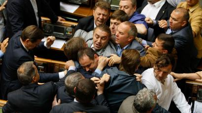 Ukrainian parliamentary deputies tussle during a session in Parliament in Kiev July 22, 2014. REUTERS/Alex Kuzmin (UKRAINE - Tags: POLITICS TPX IMAGES OF THE DAY) - RTR3ZN1B