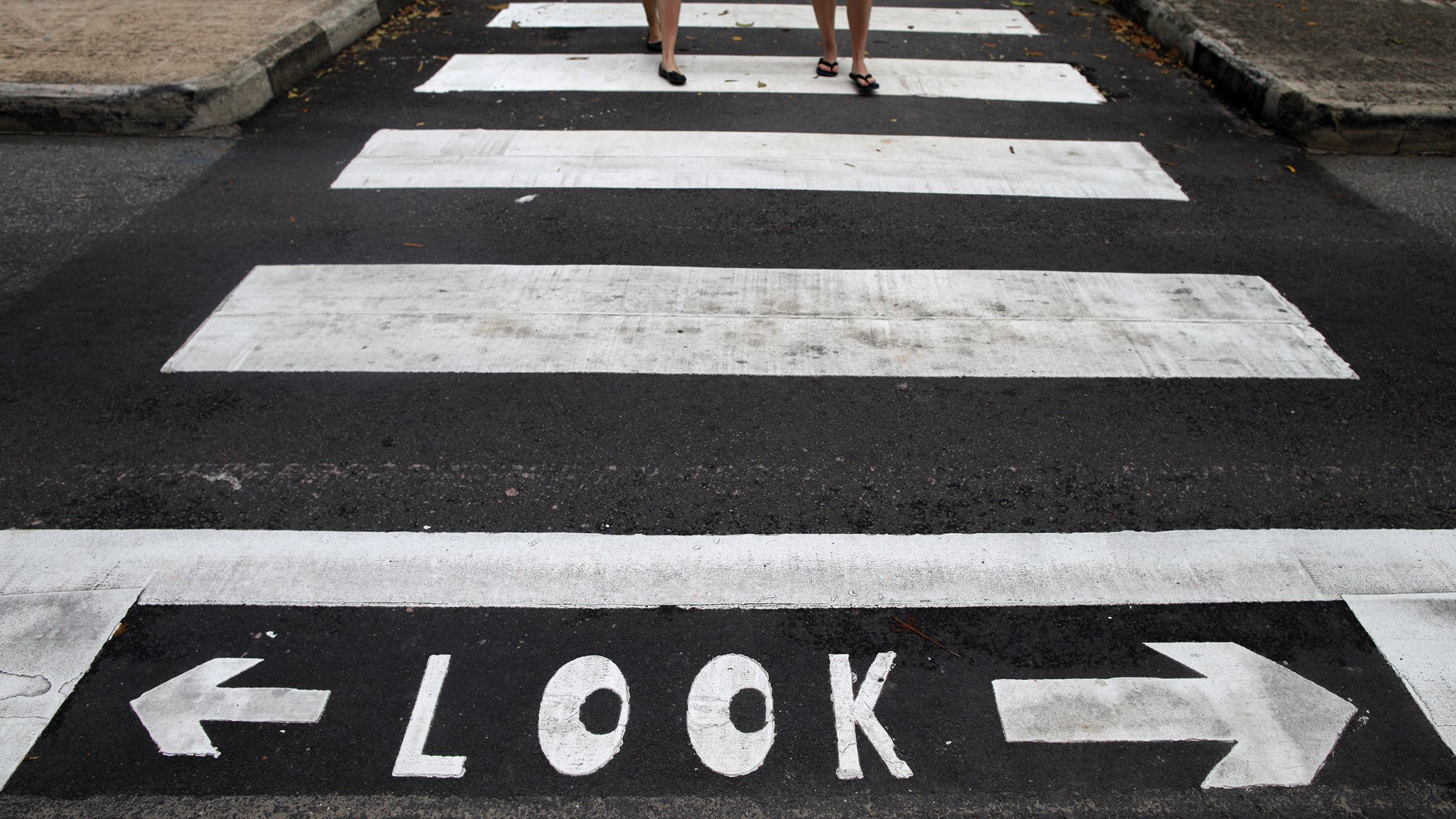 Pedestrians use a zebra crossing at a road junction in Singapore April 17, 2014.  REUTERS/Edgar Su (SINGAPORE - Tags: SOCIETY) - RTR3LOCZ