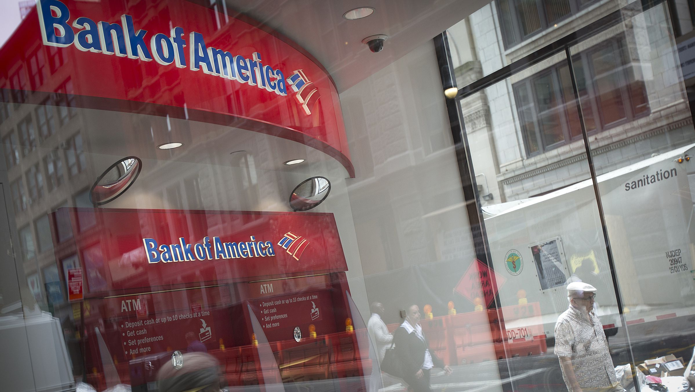 A Bank Of America ATM is pictured in the Manhattan borough of New York August 21, 2014. Bank of America Corp has reached a $16.65 billion settlement with U.S. regulators to settle charges that it misled investors into buying troubled mortgage-backed securities. The settlement announced on Thursday by the U.S. Department of Justice calls for the second-largest U.S. bank to pay a $9.65 billion cash penalty, and provide $7 billion of consumer relief to struggling homeowners and communities.    REUTERS/Carlo Allegri (UNITED STATES - Tags: CRIME LAW BUSINESS POLITICS) - RTR439I6