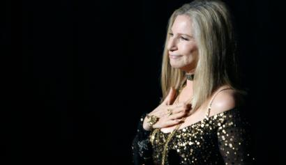 """Barbra Streisand accepts the applause after performing the song """"Memories"""" from the film """"The Way We Were"""" at the 85th Academy Awards in Hollywood, California February 24, 2013. REUTERS/Mario Anzuoni (UNITED STATES TAGS:ENTERTAINMENT) (OSCARS-SHOW) - RTR3E946"""