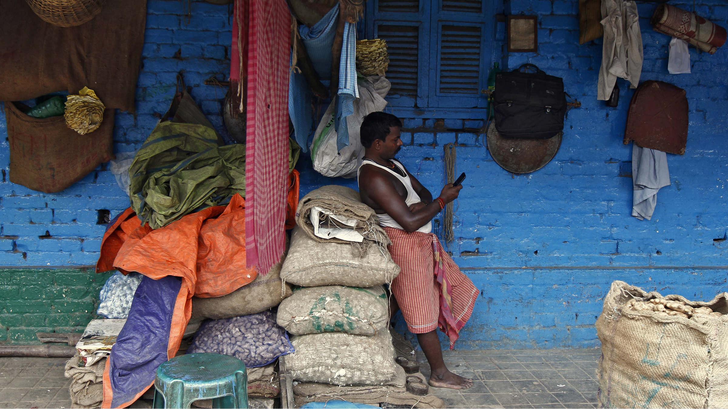 india-mobile-laborer