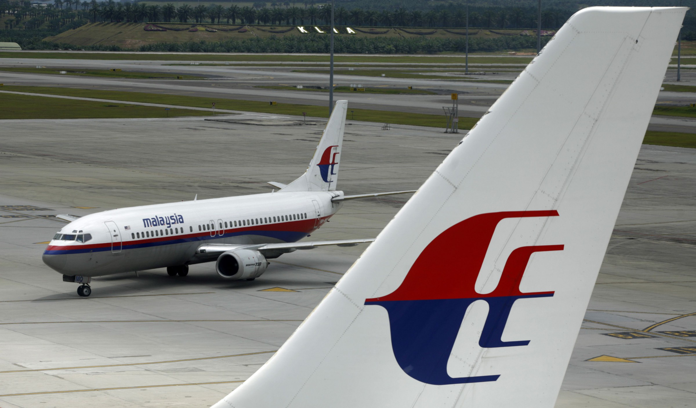 An aircraft of Malaysian Airline System taxis on the tarmac at Kuala Lumpur International Airport in Sepang outside Kuala Lumpur February 26, 2007. Malaysian Airline System Bhd on Monday recorded net profit of 122.04 million ringgit ($34.96 million) for the fourth quarter to Dec. 31, its second straight quarterly profit.  REUTERS/Bazuki Muhammad (MALAYSIA) - RTR1MUP5