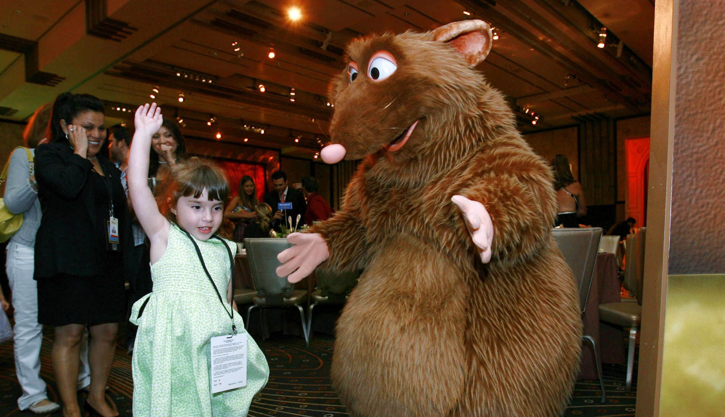 "Young party goers dance with Emile the Rat after the premiere of the Pixar animated film ""Ratatouille"" in Hollywood, California, June 22, 2007. REUTERS/Mark Avery (UNITED STATES) - RTR1R23R"