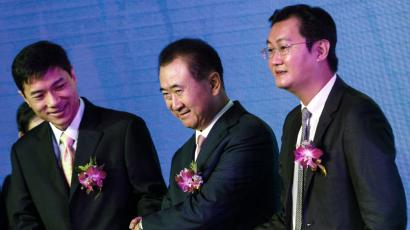 o2o offline to online tencent jd.com alibaba jack ma retail e-tail Wang Jianlin (C), Chairman of Wanda, holds hands with Tencent Chief Executive Officer Pony Ma (R) and Baidu Inc. Chairman and CEO Robin Li (L), in Shenzhen, Guangdong province, August 29, 2014. China's Dalian Wanda group and Tencent Holdings Ltd said on Friday they would set up a 5 billion yuan ($814 million) e-commerce joint venture with Baidu Inc, as the firms push into the high-growth e-commerce sector. REUTERS/Alex Lee
