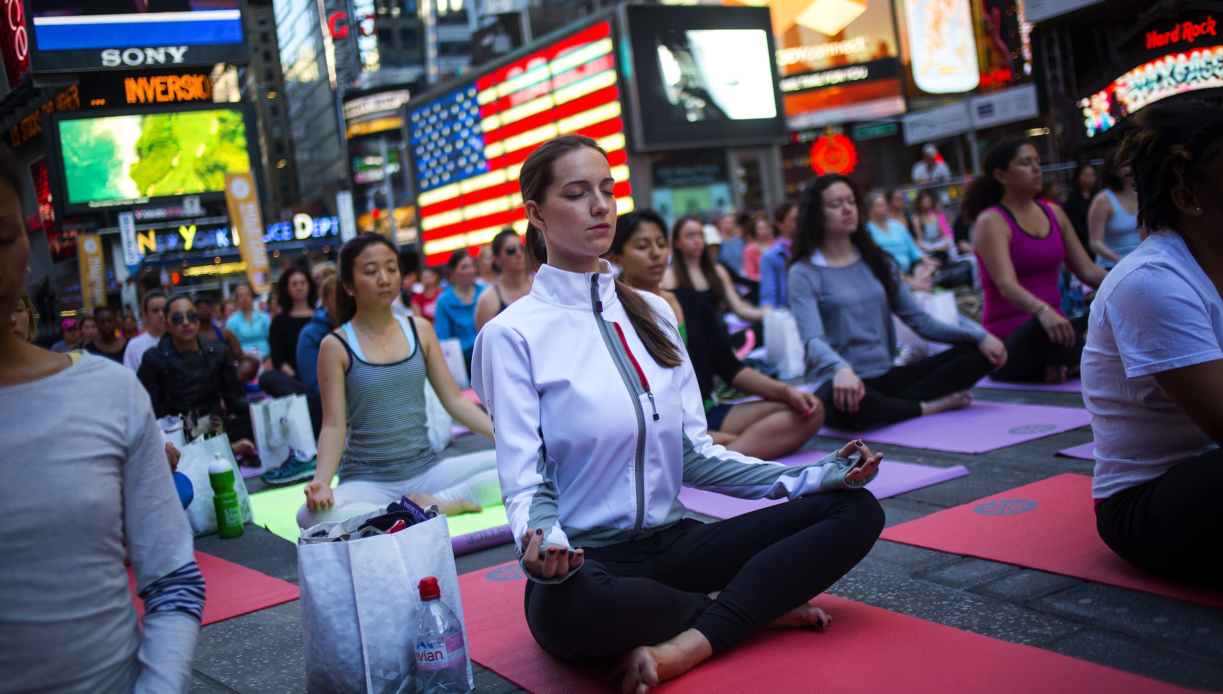 People practice yoga in Times Square as part of a Summer Solstice celebration in New York June 21, 2014. REUTERS/Eric Thayer   (UNITED STATES - Tags: SOCIETY HEALTH TPX IMAGES OF THE DAY) - RTR3UZGS