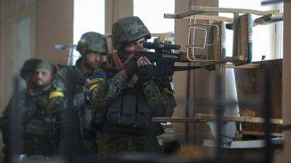 Ukrainian servicemen are seen at their position during fighting with pro-Russian separatists in the eastern Ukrainian town of Ilovaysk August 26, 2014.