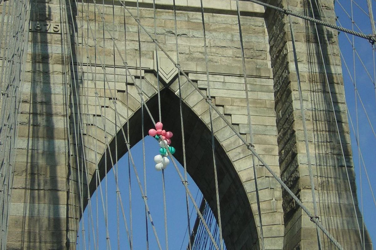 Werme Leinkauf attached balloons to the Brooklyn Bridge in 2007