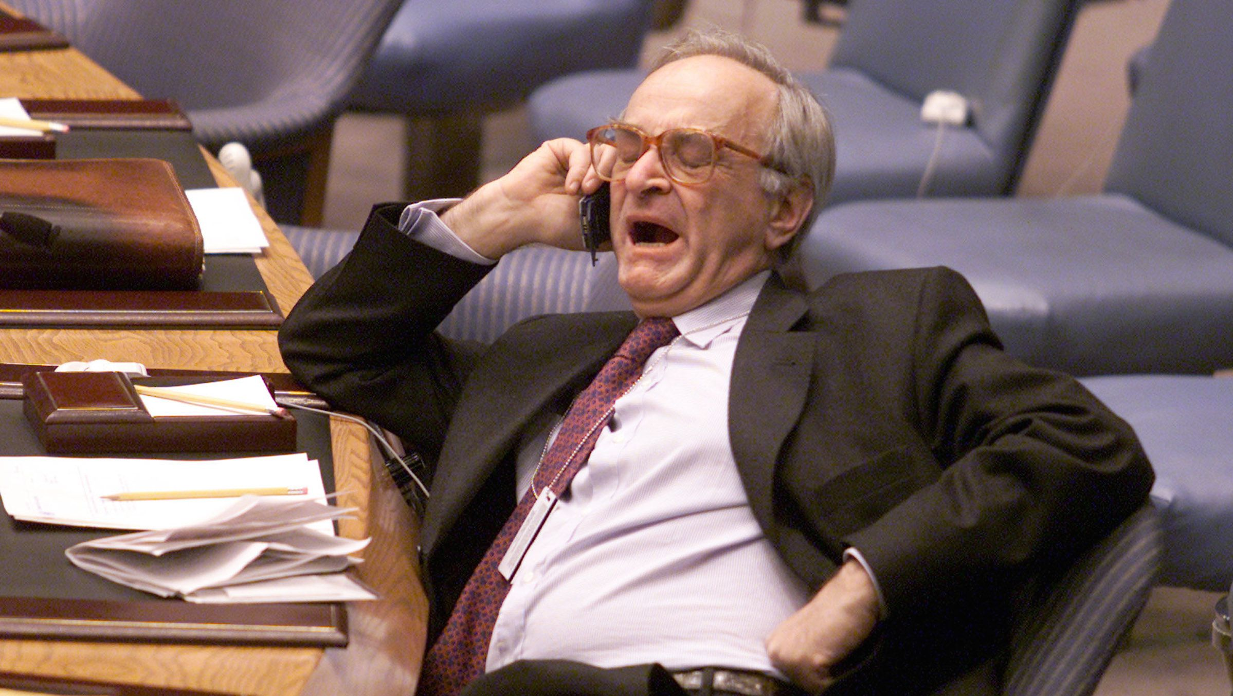 FRENCH AMBASSADOR TO THE UNITED NATIONS JEAN-MARC DE LA SABLIERE YAWNS ON PHONE BEFORE SECURITY COUNCIL MEETING. - RTRETZM