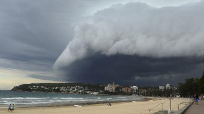 climate change global warming sotrm 2030 commission calderon A wave-like cloud looms over Sydney's Manly Beach during an afternoon storm front, March 5, 2014. The storm, which generated little rain, was blown out to sea. REUTERS/Will Burgess