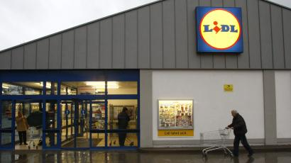 A customer pushes his troll at a Lidl supermarket in Berlin December 22, 2008. REUTERS/Fabrizio Bensch