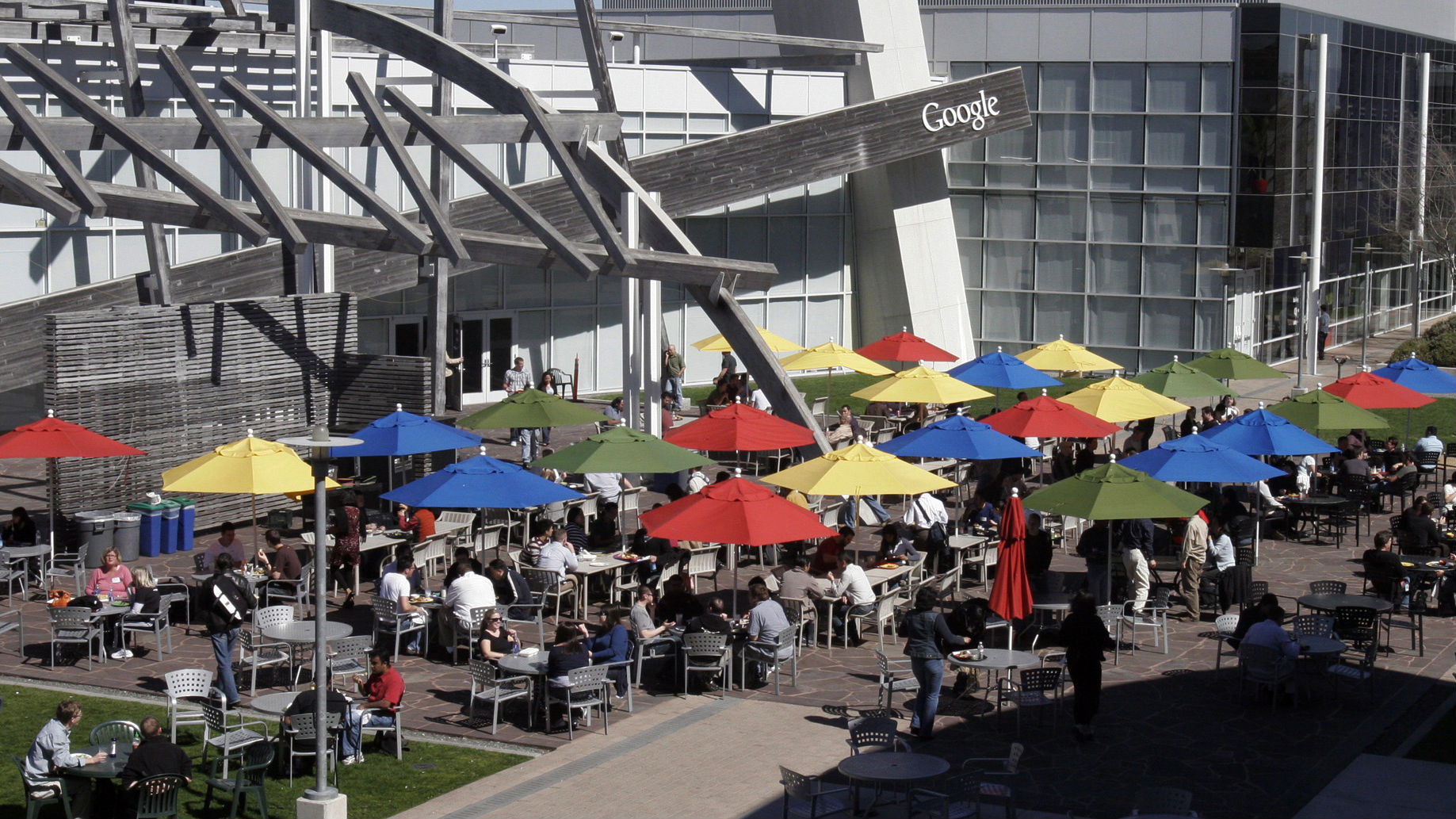 Employees choose their free lunch from one of fifteen different cafes at Google headquarters in Mountain View, California March 3, 2008. REUTERS/Erin Siegal (UNITED STATES)