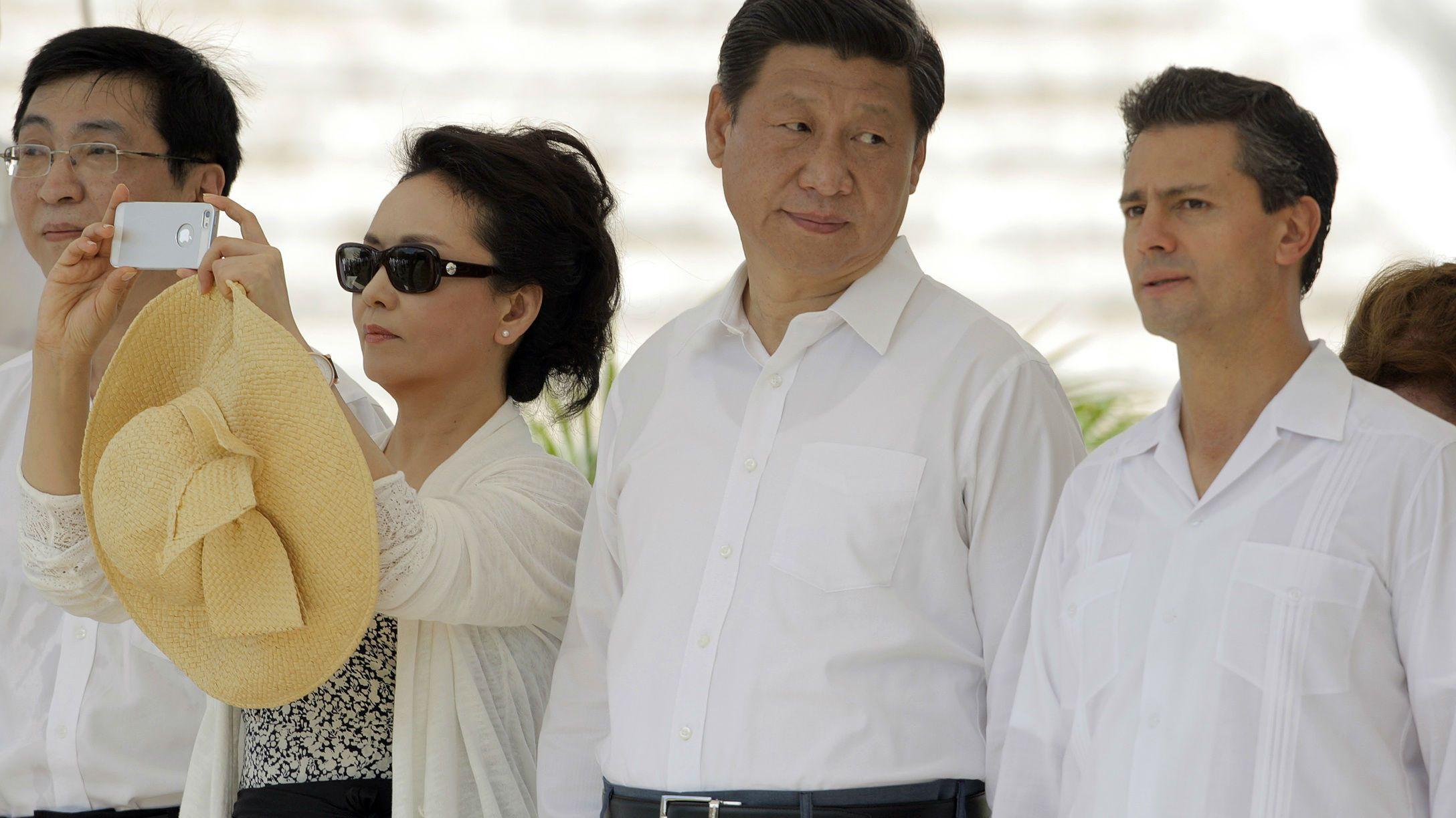 Peng Liyuan uses an iPhone.