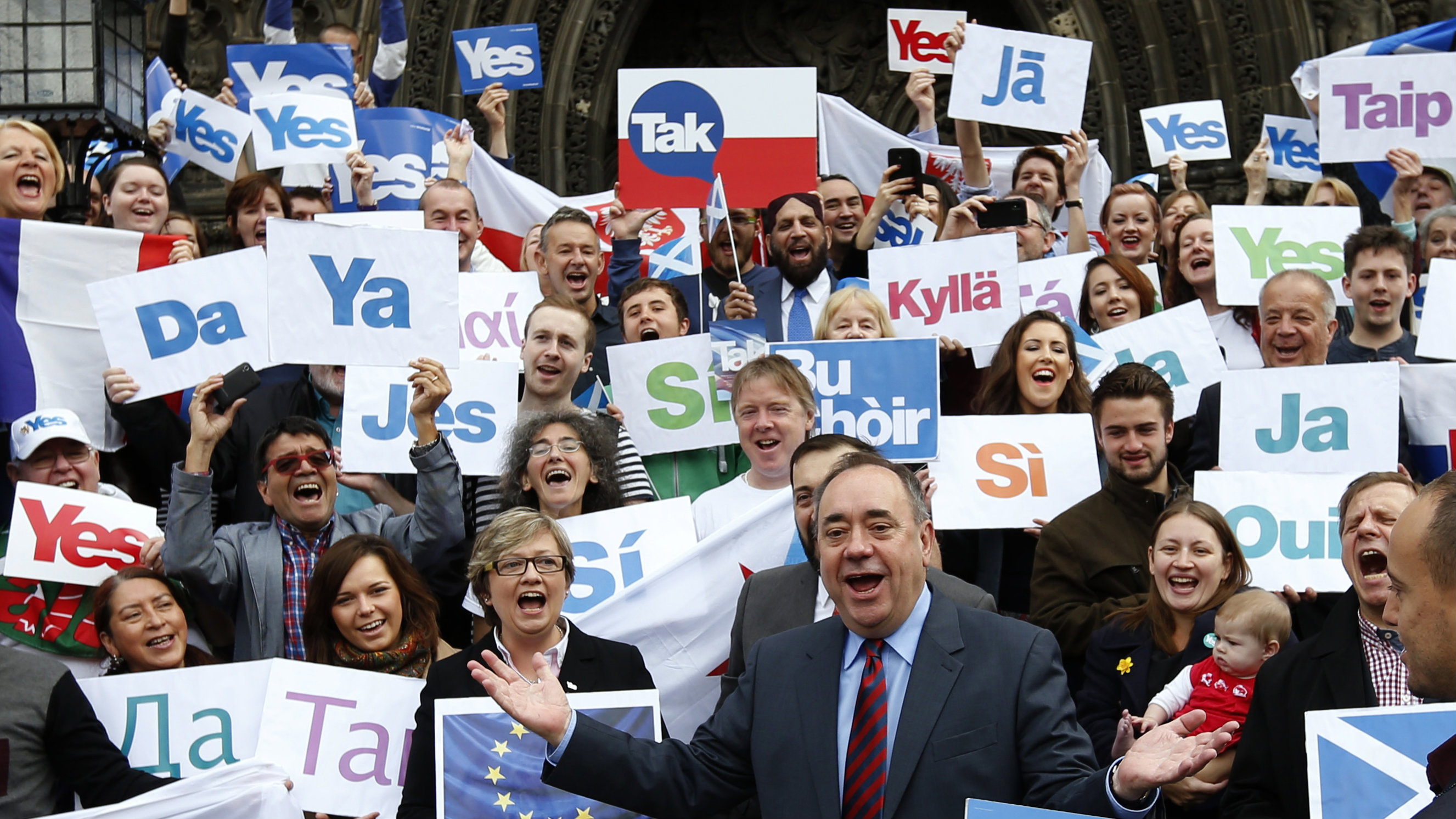 Scotland's First Minister Alex Salmond (front) poses with supporters of the 'Yes Campaign' in Edinburgh, Scotland September 9, 2014.
