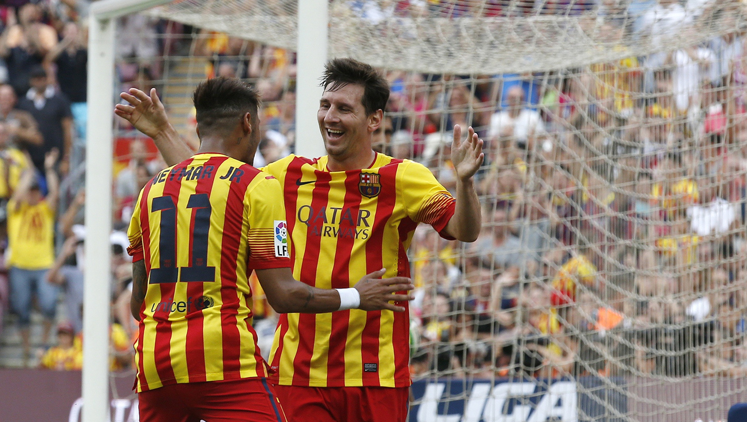 Barcelona's Neymar (L) celebrates his second goal against Athletic with team mate Lionel Messi during their Spanish first division soccer match at Nou Camp stadium in Barcelona September 13, 2014. REUTERS/Gustau Nacarino (SPAIN - Tags: SPORT SOCCER) - RTR463F2