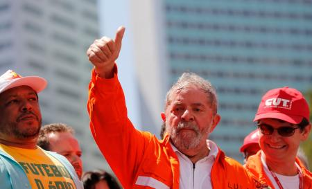 Brazil's former president Luiz Inacio Lula da Silva (C) gives the thumbs-up during a demonstration supporting both the exploration of the oil in the pre-salt layer on Brazil's offshore, as well as Brazil's Petrobras oil company, in Rio de Janeiro September 15, 2014. REUTERS/Sergio Moraes (BRAZIL - Tags: POLITICS ENERGY BUSINESS) - RTR46BCP