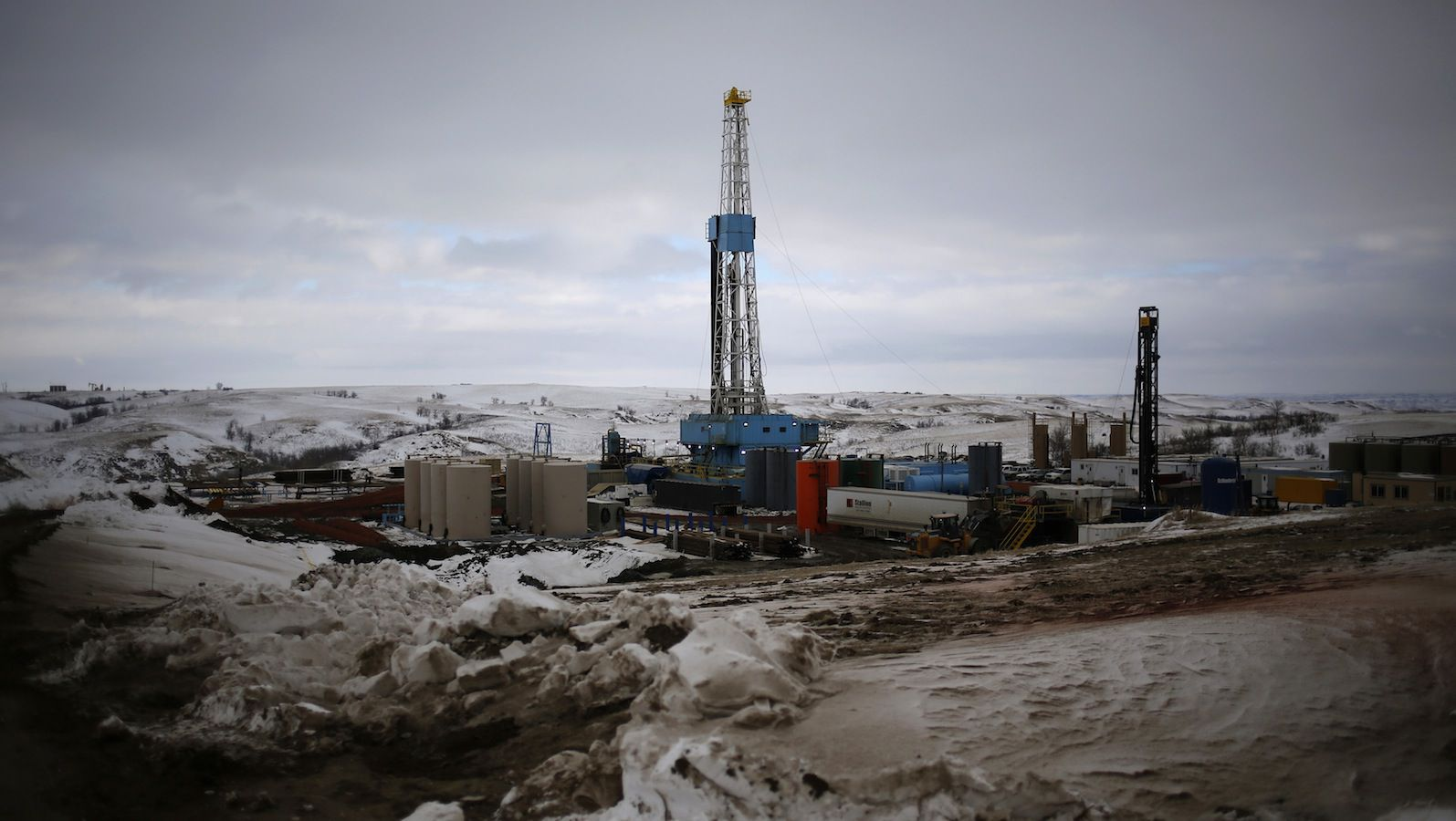 An oil derrick is seen at a fracking site for extracting oil outside of Williston, North Dakota March 11, 2013.  North Dakota's booming oil business has quickly ran up against a serious shortage of housing for the thousands of workers who have poured into the state looking to cash in on the Bakken oil formation that has made North Dakota the second-largest oil-producing state after Texas. Picture taken March 11, 2013.  REUTERS/Shannon Stapleton (UNITED STATES - Tags: BUSINESS ENERGY ENVIRONMENT COMMODITIES) - RTXY9SC