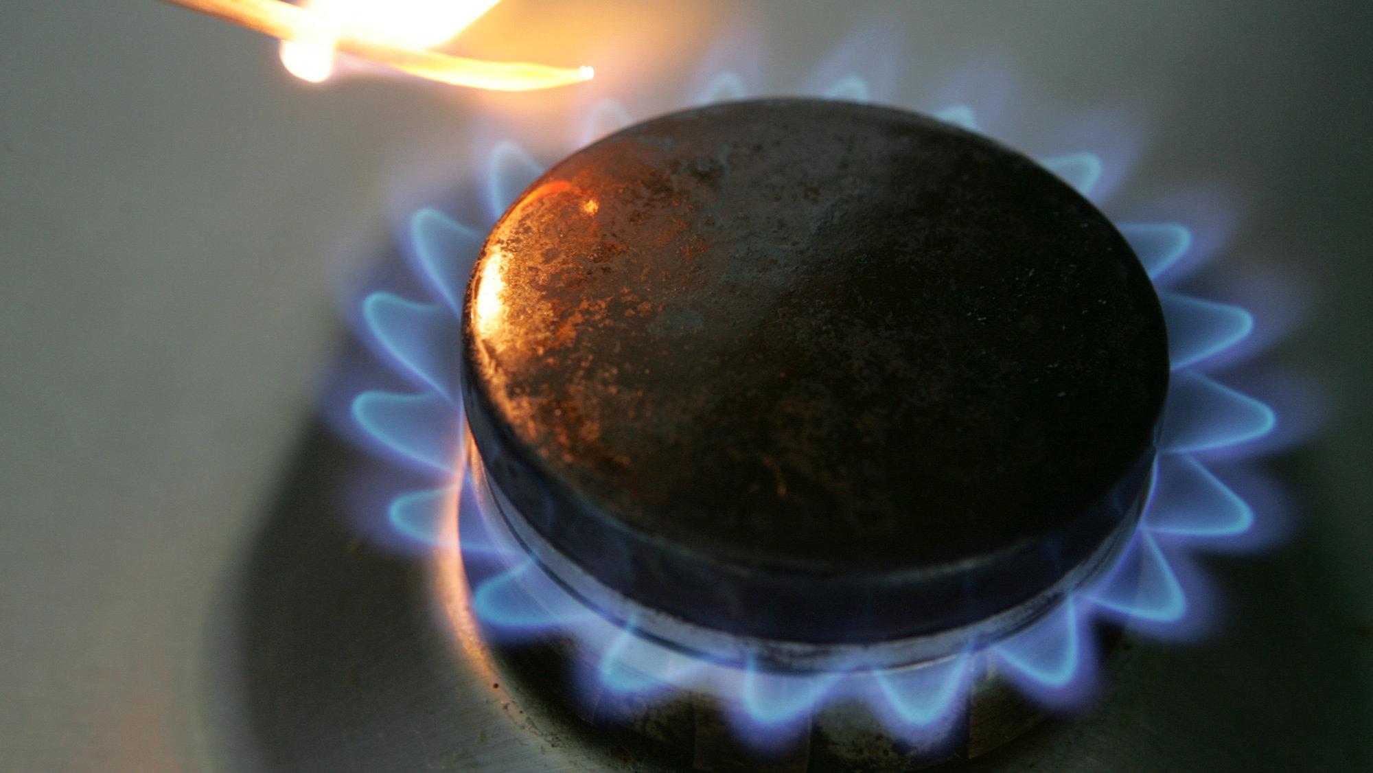 ** ARCHIV ** Die Gasflamme an einem Kochherd wird am 6. September 2005 in Bremen entzuendet. Drastische Unterschiede bei den Gaspreisen in Deutschland hat das Bundeskartellamt bei seinem ersten bundesweiten Tarifvergleich festgestellt. Die Preisdifferenzen fuer die gleiche Gasmenge betrugen danach bis zu 59 Prozent, wie die Behoerde am Mittwoch, 3. Januar 2007, mitteilte. (AP Photo/Joerg Sarbach) --- ** FILE ** The flame of a gas stove is ignited in Bremen, Germany, in this Sept. 6, 2005 file photo.