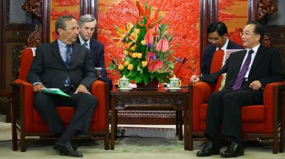 U.S. National Economic Council Chairman Larry Summers (L) meets with Chinese Premier Wen Jiabao in Beijing September 7, 2010. REUTERS/Feng Li/