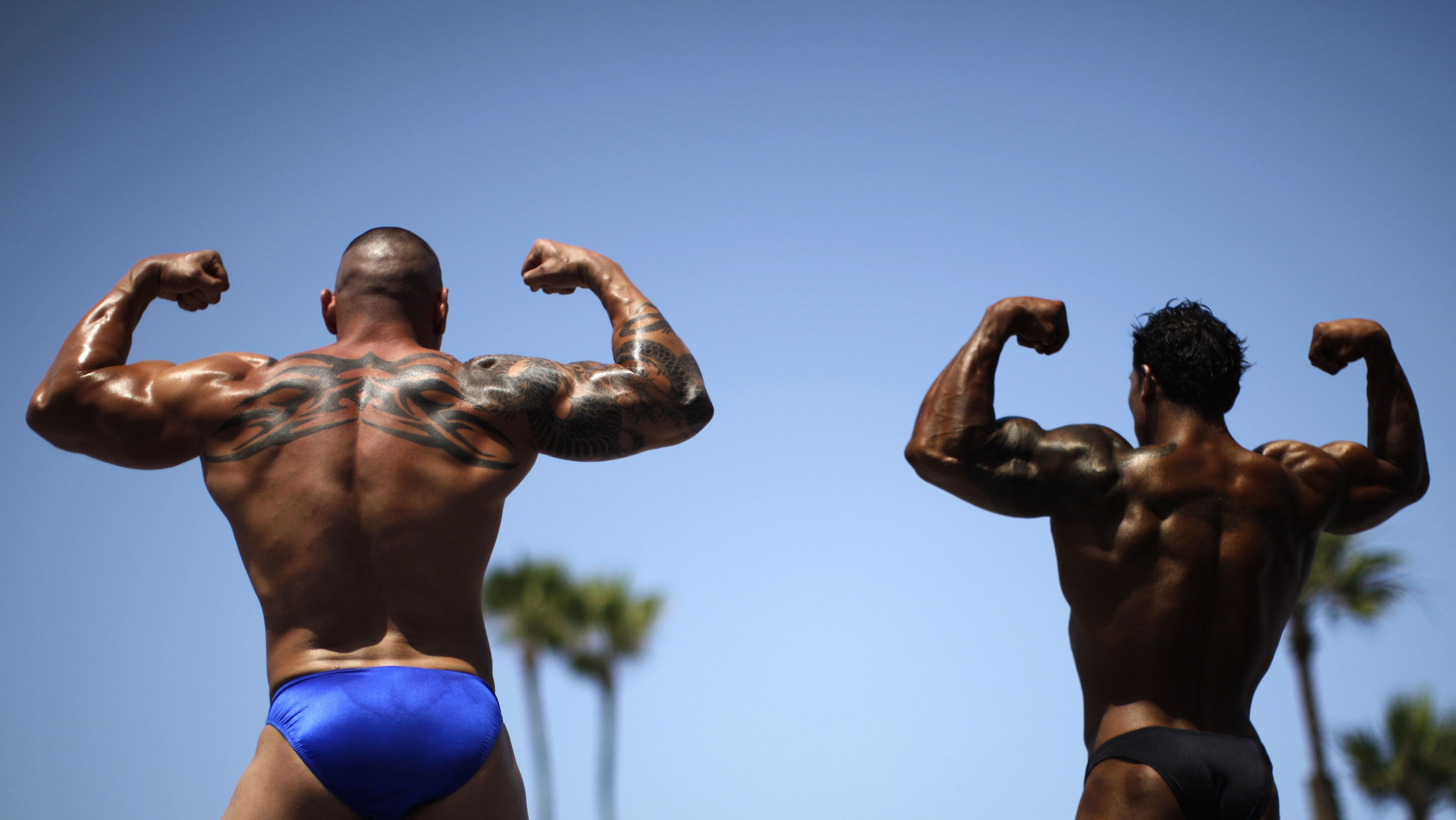 Men compete in the Muscle Beach Independence Day bodybuilding contest on Venice Beach in Los Angeles, California, July 4, 2013. REUTERS/Lucy Nicholson (UNITED STATES - Tags: SOCIETY SPORT)