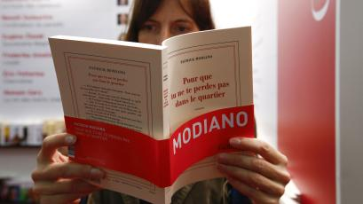 A woman reads Patrick Modiano