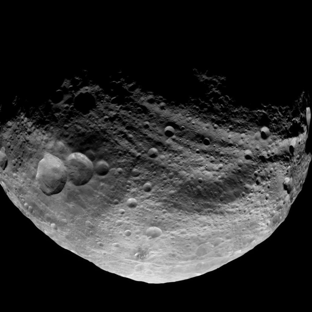 Ein von der NASA-Sonde Dawn aufgenommenes Bild zeigt die Oberflaeche des Asteroiden Vesta (Foto vom 23.07.11). Die Aufnahme ist aus einer Entfernung von rund 5.200 Kilometern entstanden. Das Max-Planck-Institut fuer Sonnensystemforschung wird am Montagabend (01.08.11) in Berlin erste Erkenntnise, die aus den hochaufloesenden Bildern des Asteroiden gewonnen wurden, bekannt geben. (zu dapd-Text) Foto: