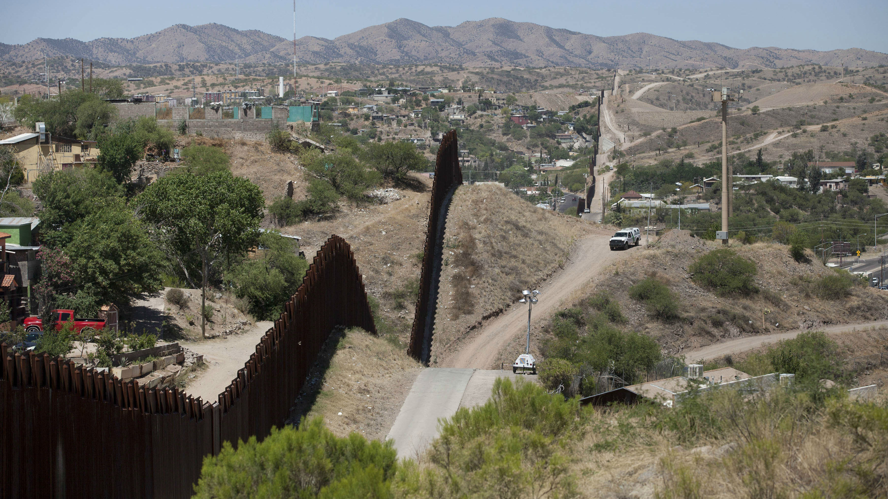 RTR3QG87 22 May. 2014 Nogales, UNITED STATES A view of the U.S.-Mexico border is seen in Nogales, Arizona May 22, 2014. REUTERS/Samantha Sais (UNITED STATES - Tags: POLITICS)