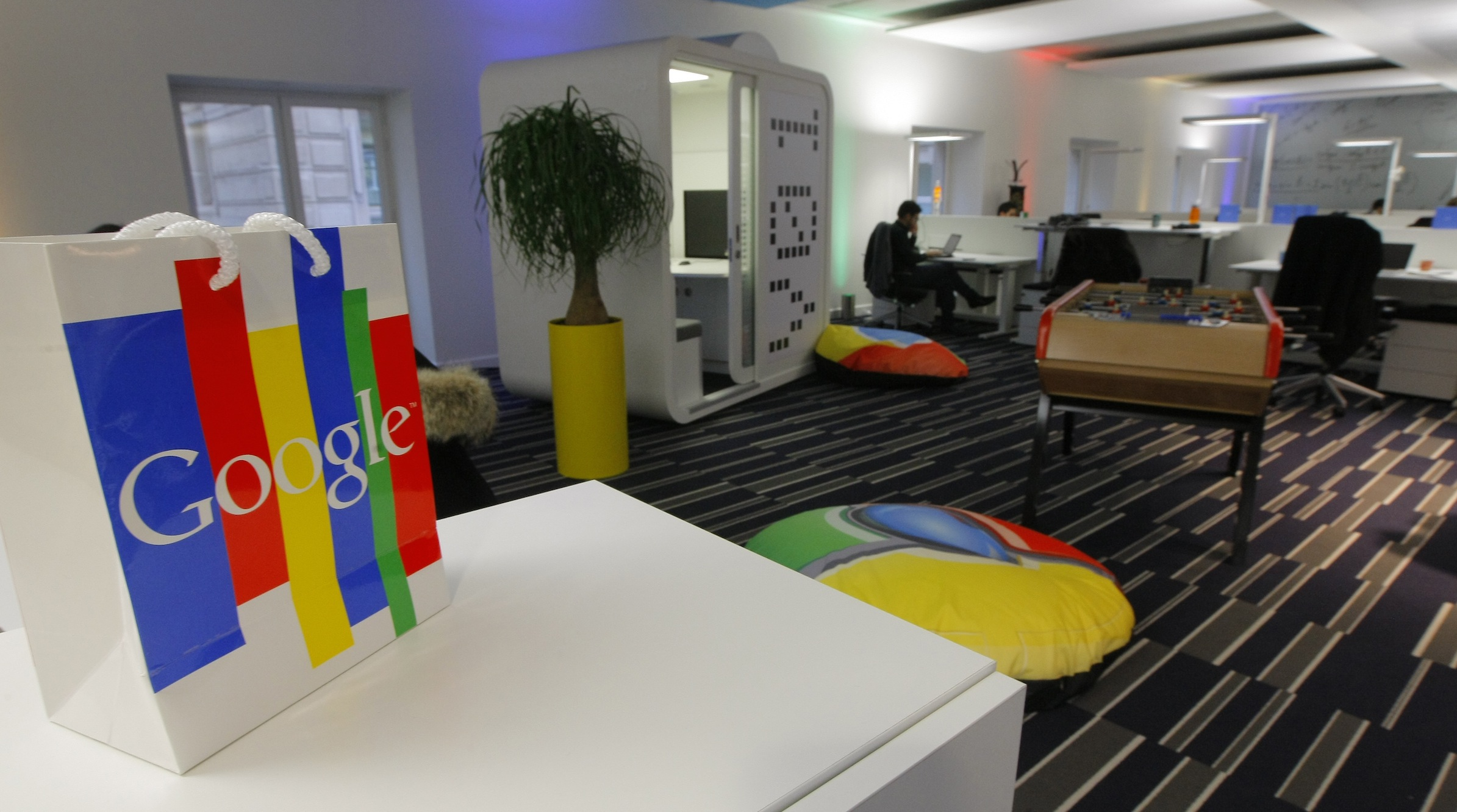 Inside view of the new headquarters of Google France before its official inauguration in Paris December 6, 2011.   REUTERS/Jacques Brinon/Pool  (FRANCE - Tags: POLITICS BUSINESS) - RTR2UWRR
