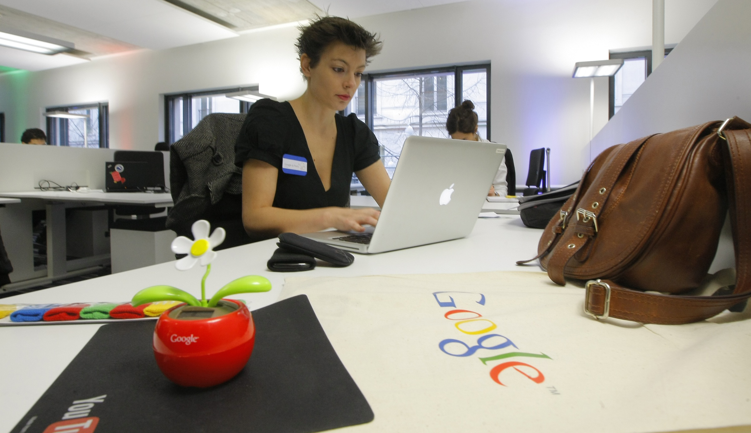 An employee is seen in the new headquarters of Google France before its official inauguration in Paris December 6, 2011.   REUTERS/Jacques Brinon/Pool  (FRANCE - Tags: POLITICS BUSINESS) - RTR2UWRW