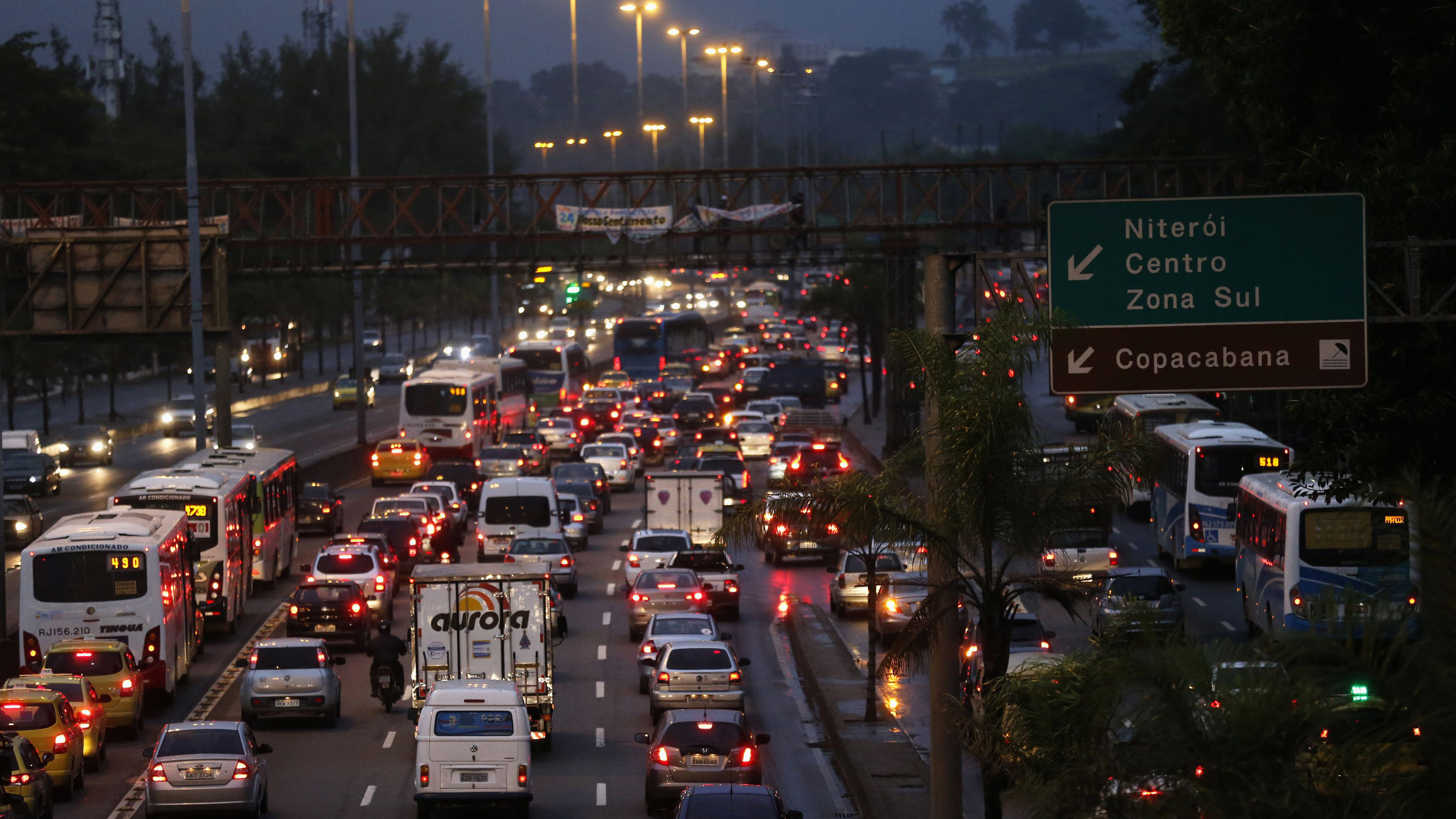 Cars stand in a traffic jam towards Rio's downtown during a 24-hour bus strike in Rio de Janeiro May 28, 2014. A new strike on public transport renewed concerns about services and public order 15 days before Rio and 11 other Brazilian cities play host to the upcoming World Cup soccer tournament. The strike is small and most buses are running normally, according local media. REUTERS/Sergio Moraes