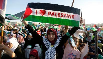 A supporter of the Jordanian Muslim Brotherhood holds up a Palestinian flag during a rally in Amman, celebrating what Hamas say is its victory in Gaza, August 29, 2014. Tens of thousands of the Brotherhood's supporters took part in the celebrations after an open-ended ceasefire, mediated by Egypt, took effect on Tuesday evening between Israel and Palestinian militant groups in the Gaza Strip. Hamas presented the truce as a victory for the Palestinian people. REUTERS/Muhammad Hamed (JORDAN - Tags: POLITICS CIVIL UNREST CONFLICT TPX IMAGES OF THE DAY) - RTR44ABJ