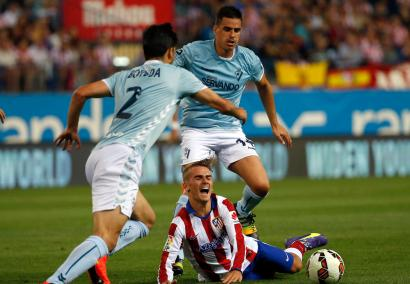 Atletico Madrid's Antoine Griezmann (C) is tackled by Eibar's Dani Garcia (R) in front of Eibar's Eneko Boveda during their Spanish first division soccer match at Vicente Calderon stadium in Madrid August 30, 2014. REUTERS/Andrea Comas (SPAIN - Tags: SPORT SOCCER) - RTR44D74