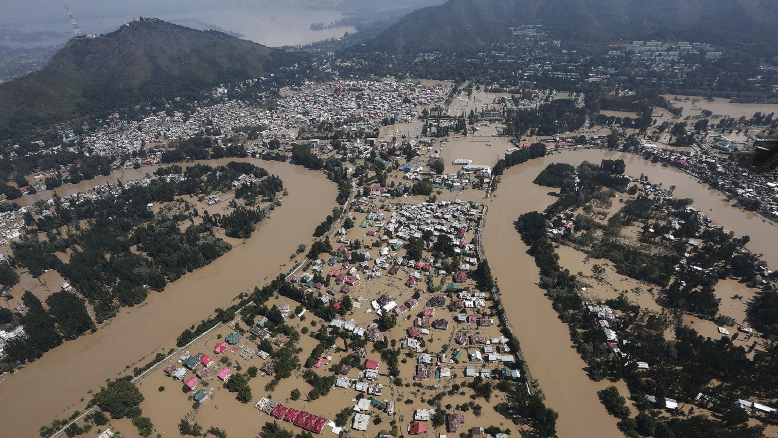 An aerial view taken from an Indian Air Force helicopter shows the flooded Srinagar city, September 11, 2014. Authorities in Kashmir collected the bodies of women and children floating in the streets on Thursday as anger mounted over what many survivors said was a bungled operation to help those caught in the region's worst flooding in 50 years.  REUTERS/Adnan Abidi (INDIAN-ADMINISTERED KASHMIR - Tags: DISASTER CITYSCAPE ENVIRONMENT TPX IMAGES OF THE DAY) - RTR45UII
