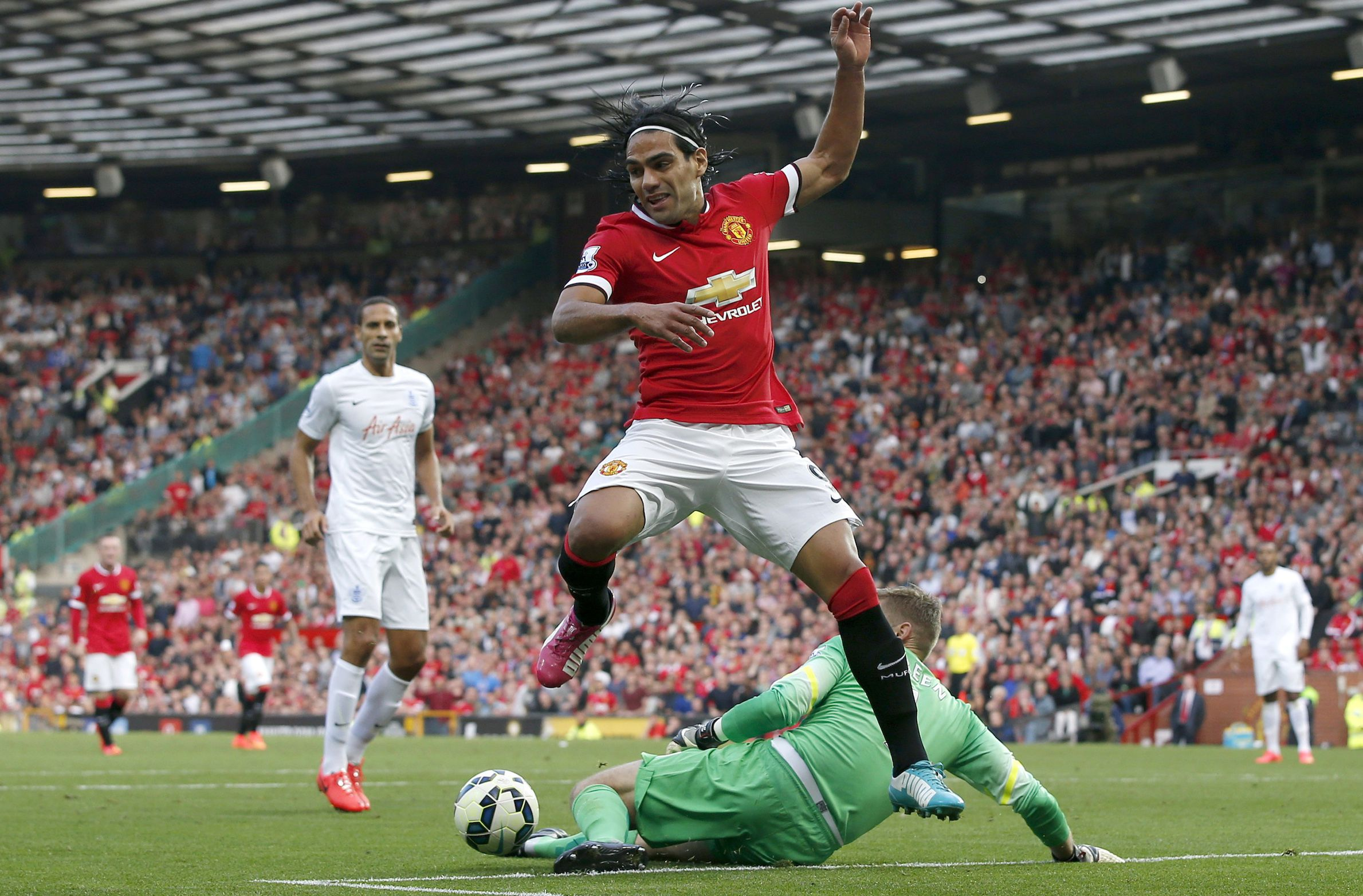"Manchester United's Radamel Falcao (front) is challenged by Queens Park Rangers' goalkeeper Robert Green (R) during their English Premier League soccer match at Old Trafford in Manchester, northern England September 14, 2014. REUTERS/Andrew Yates (BRITAIN - Tags: SPORT SOCCER TPX IMAGES OF THE DAY) NO USE WITH UNAUTHORIZED AUDIO, VIDEO, DATA, FIXTURE LISTS, CLUB/LEAGUE LOGOS OR ""LIVE"" SERVICES. ONLINE IN-MATCH USE LIMITED TO 45 IMAGES, NO VIDEO EMULATION. NO USE IN BETTING, GAMES OR SINGLE CLUB/LEAGUE/PLAYER PUBLICATIONS. FOR EDITORIAL USE ONLY. NOT FOR SALE FOR MARKETING OR ADVERTISING CAMPAIGNS - RTR4665T"