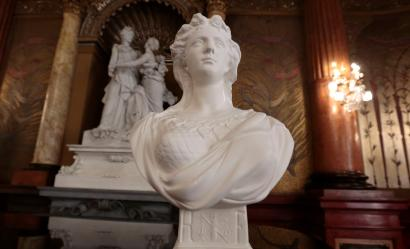"A ""Marianne"" bust, the symbol of the French Republic, is seen at the Prefectoral Palace during a ""Citizenship Welcome Ceremony"" in Nice, October 3, 2014. REUTERS/Eric Gaillard (FRANCE - Tags: POLITICS SOCIETY) - RTR48TRB"