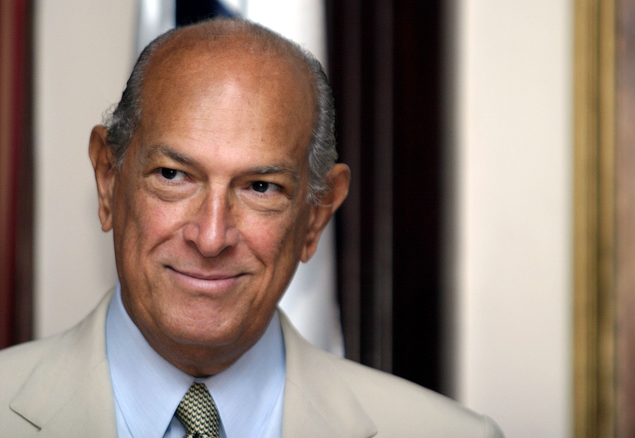 Fashion designer Oscar de la Renta (R) is welcomed to Panama City by Mayor Juan Carlos Navarro, in Panama City, April 12, 2005. De la Renta is set to exhibit his Spring-Summer collection in Panama at a benefit fashion show, which aims to raise money for low-income neighborhoods in Panama. It will feature about 75 of De la Renta's pieces, including a new men's sportswear line. AL/HB - RTR7WW0