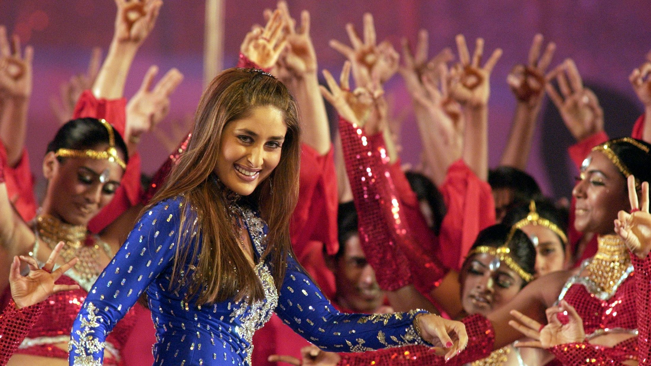 Bollywood star Kareena Kapoor performs during the Filmfare Indian movie awards, in Bombay February 21, 2004. REUTERS/Stringer SC/TW