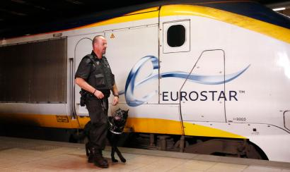 A security guard of Securail patrols with his dog on a platform at the Eurostar terminal at Brussels Midi/Zuid rail station August 29, 2013. REUTERS/Francois Lenoir (BELGIUM - Tags: CRIME LAW TRANSPORT) - RTX1303V