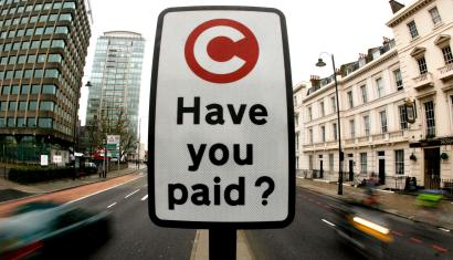 "A congestion charge pay reminder sign is seen in London in this February 19, 2007 file photo. Fear of climate change and the need to find green alternatives to dirty coal, unpopular nuclear power and unreliable gas imports from Russia, are fuelling an embryonic movement in Europe to build ""smart cities"". To match feature ENERGY-CITIES/ REUTERS/Alessia Pierdomenico/Files (BRITAIN) - RTXBFOI"