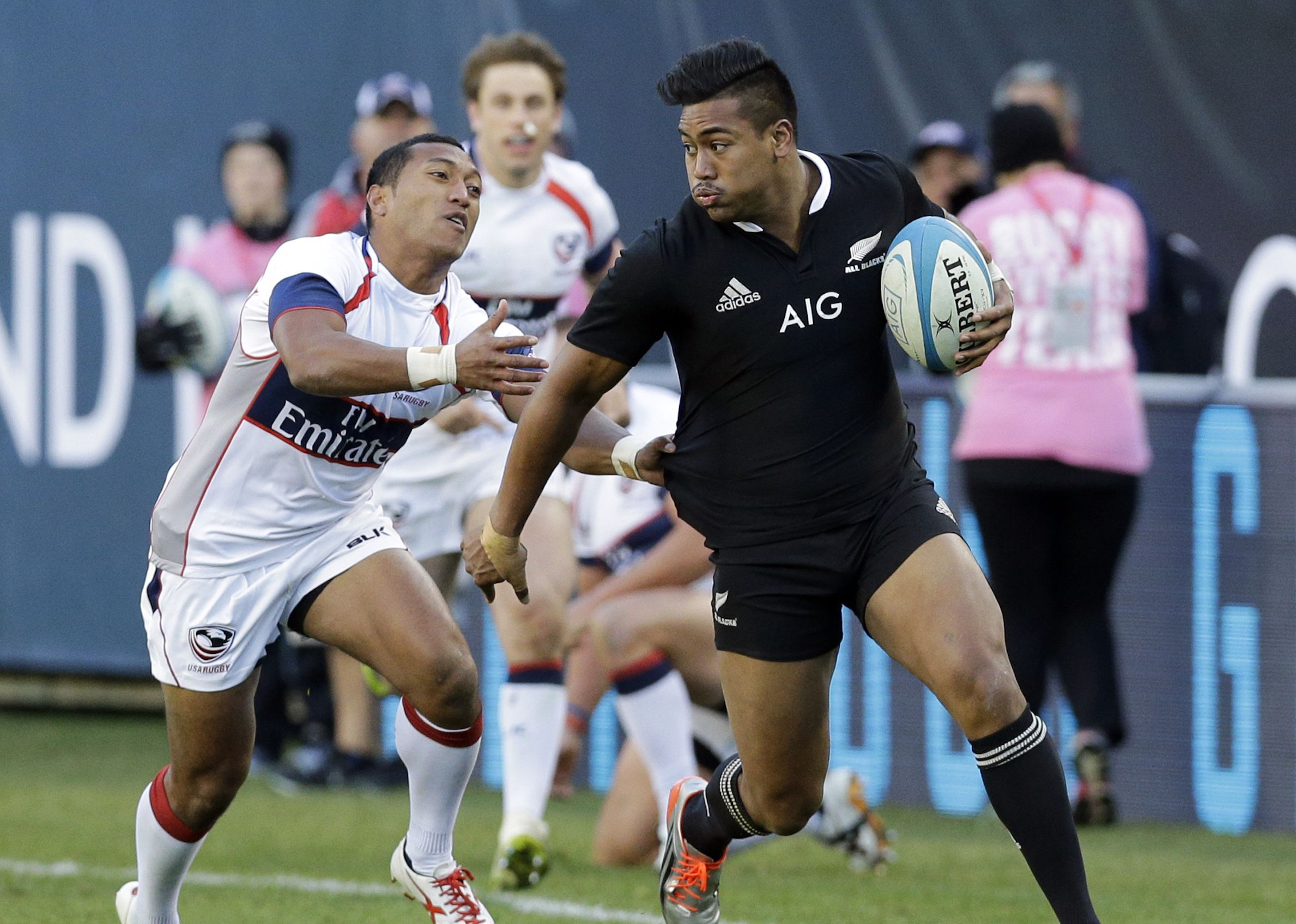 The New Zealand All Blacks outside back Julian Savea, right, runs with the ball as he looks to a pass against the USA Eagles' Shalom Suniula during the second half of the International Test Rugby Match in Chicago, Saturday, Nov. 1, 2014. New Zealand All Blacks won 74-6. (AP Photo/Nam Y. Huh)