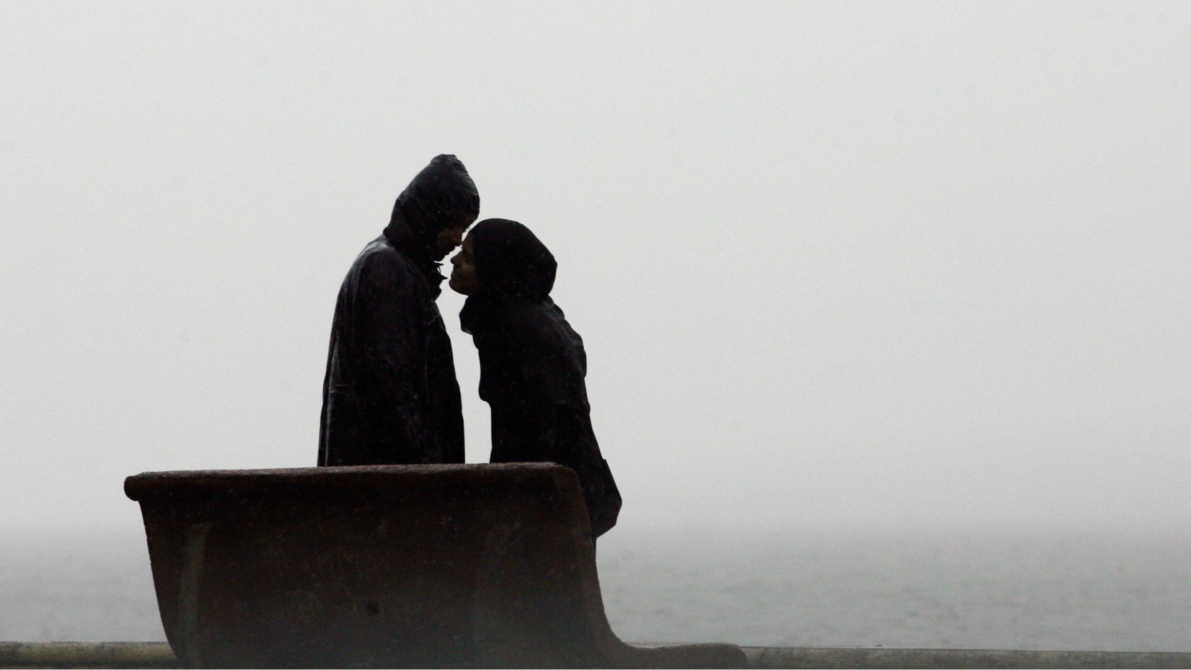 couple kissing in mumbai