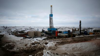An oil derrick is seen at a fracking site for extracting oil outside of Williston, North Dakota March 11, 2013. An oil derrick is a complex set of machines specifically designed for optimum efficiency, safety and low cost. REUTERS/Shannon Stapleton (UNITED STATES - Tags: ENERGY ENVIRONMENT BUSINESS COMMODITIES) - RTR3EV3N